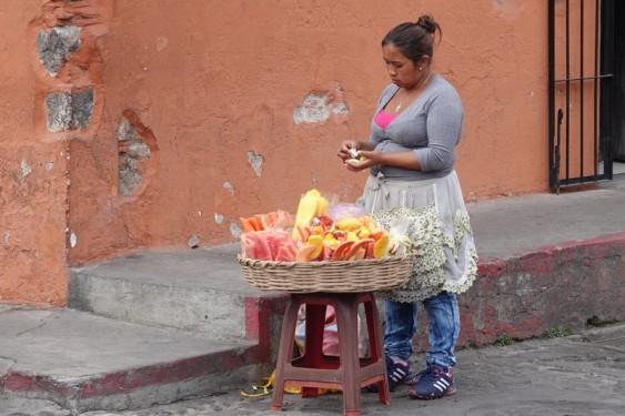 Antigua - Vendeuse de mangues