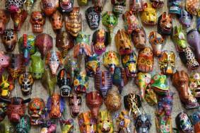 Antigua - Bel artisanat... Dommage que ces masques soient si lourds et encombrants !