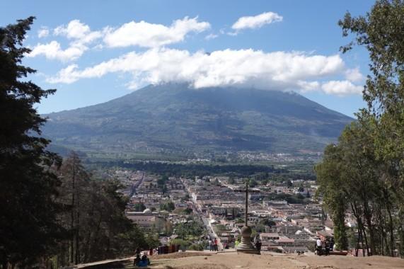 Antigua - Vue depuis le Cerro de la Cruz - L'Agua encore sous les nuages...