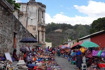 Antigua - Marché de rue, et au fond, le Cerro de la Cruz