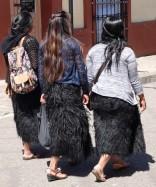 San Cristobal de Las Casas - Rue piétonne - Indiennes portant la jupe traditionnelle faite en poils de mouton ou de chèvre