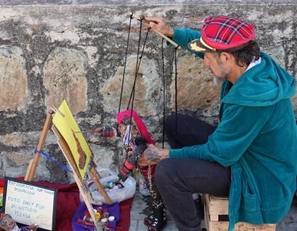 Oaxaca - C'est la marionnette qui peint ! (l'art de se compliquer la vie...)