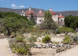 Mitla - Eglise San Pablo vue depuis le site archéologique zapotèque
