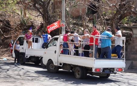 Sur la route, entre El Sunzal et El Tunco - Electeurs pro-Hugo devant et pro-Carlos derrière