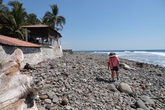 Entre El Tunco et El Sunzal - Ca ne parait pas comme ça, mais ce n'est vraiment pas évident d'avancer sur ces gros galets !