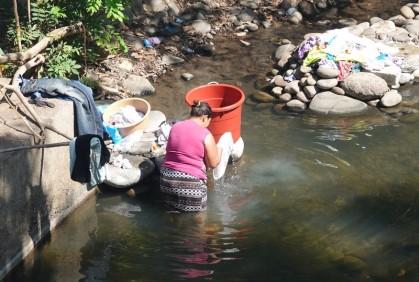 Sur la route, entre El Sunzal et El Tunco - Lavage à la main dans la rivière