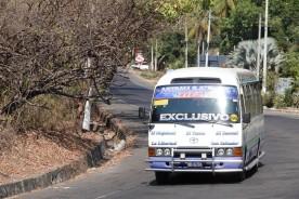 Sur la route, entre El Sunzal et El Tunco - Minibus climatisé et moderne qui relie les plages et San Salvador (c'est celui dans lequel on était tant entassés vendredi matin !)