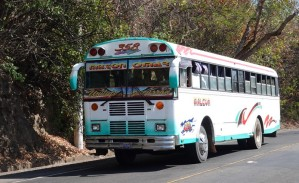 Sur la route, entre El Sunzal et El Tunco - Chicken bus