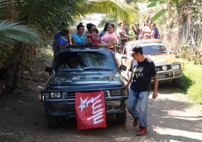 Sur la route, entre El Sunzal et El Tunco - Electeurs pro-Hugo au 1er plan et por-Nayib derrière