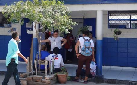 Sur la route, entre El Sunzal et El Tunco - On a pu observer un bureau de vote installé dans une école !