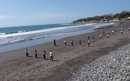 Puerto de la Libertad - Collégiens en séance de sport sur la plage
