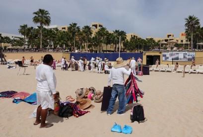 Cabo San Lucas - Plage de Médano - Vendeurs à la sauvette qui attendent que les clients des hôtels posent le pied sur le sable...