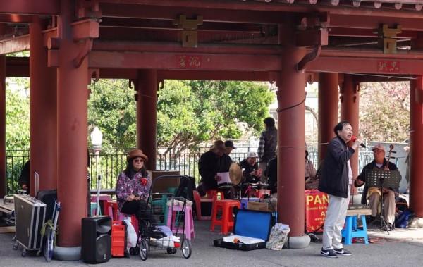 San Francisco - Chinatown - Chanteur dans un parc...