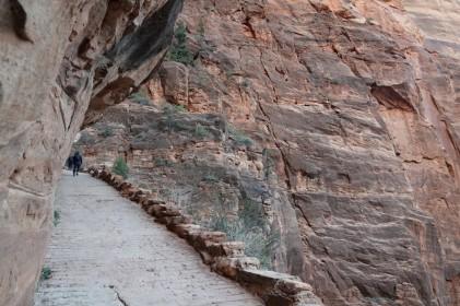 Parc national de Zion - Angels Landing Trail - Le petit muret est bienvenu quand on a un peu le vertige !