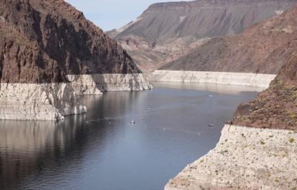 Lake Mead - Barrage Hoover - On constate aisément que le lac a perdu plusieurs mètres de hauteur d'eau...