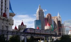 Las Vegas - Hôtel Excalibur au premier plan, et le tram gratuit qui le relie au Mandalay Bay et au Luxor. Au fond, l'Hôtel New York New York...