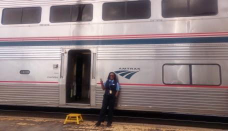 Train Los Angeles / Chicago - Soutwest Chief - La responsable de notre wagon vérifie que personne ne s'éloigne du train ! Et c'est aussi elle qui met le petit marche-pied en place à chaque arrêt...