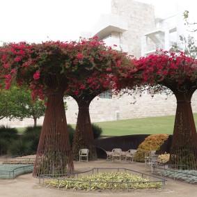"""Los Angeles - Getty Center - Surprenants """"faux"""" arbres composés de buissons fleuris et dont le tronc est fait de tiges métalliques... Une vraie réussite pour les yeux !"""