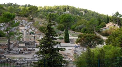 Saint Rémy de Provence - Balade à pied vers les Deux Trous - Passage devant le site archéologique de Glanum