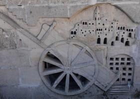 Matera - Vue depuis la montée à l'Église rupestre Madonna de Idris - Sculptures en tuf