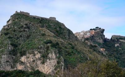 Taormina - Vue sur le Castello et sur Castelmola depuis le Théâtre Grec