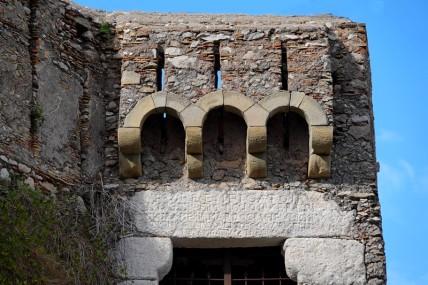 Forza d'Agro - Ruines du château normand - Zoom sur les machicoulis (qui semblent plutôt en bon état)