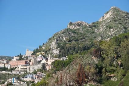 Balade à vélo - Vue sur Taormina, l'église Madonna della Rocca et le Castello, depuis la SS114 depuis la SS114
