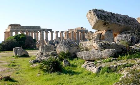 Site archéologique de Sélinonte - Temple G et au fond, le temple E