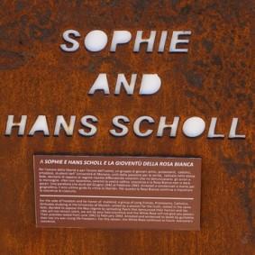Site archéologique de la Vallée des Temples - Lieu de mémoire - Hommage à Sophie et Hans Scholl, farouches opposants à Hitler, et qui payèrent cette opposition de leur vie