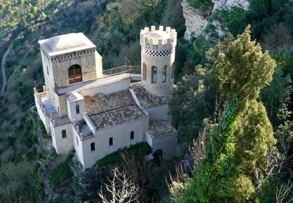 Erice - Vue depuis le Castello de Venere sur la Torretta Pepoli, une villa en pierre bâtie en 1881