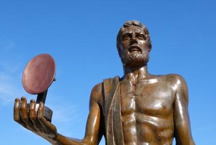 Syracuse - Statue d'Archimède portant dans sa main un miroir ardent - Grâce à cette invention (créée avec un jeu de miroirs et de lentilles) il mit le feu à la flotte romaine...