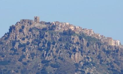 Vue depuis la route Castelbuono / Sempria - Zoom sur ce village perché