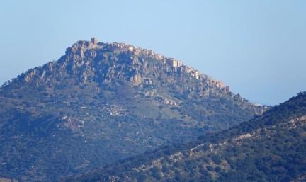 Vue depuis la route Castelbuono / Sempria - Encore un village perché, au loin...