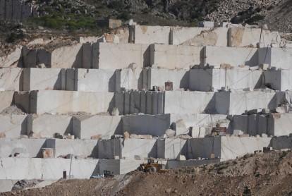 Custonaci - Carrières de marbre - Quand on voit le petit camion à côté des blocs de marbre, on comprend que ceux-ci sont vraiment gigantesques !