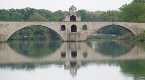 Avignon - Vue sur le Pont depuis la porte d'entrée du camping