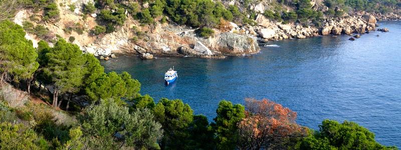 A pied le long du littoral de Roses, de la plage de l'Almadrava àMontjoi…